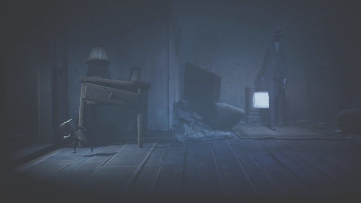 Rush towards the exit before your opponent can get out of the TV - Little Nightmares 2: Crossing the city - a guide, walkthrough - Chapter 4 - Getting to the Tower - Little Nightmares 2 Guide